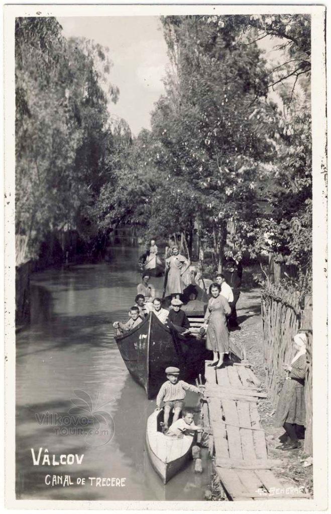 Большая семья Вилковчан отправляется на лодке