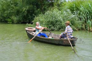 Женщина с веслом. Женщина на веслах. Катание на лодке