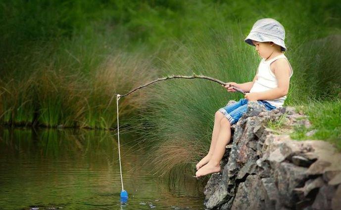Маленький мальчик на рыбалке.  Мальчик ловит искусственную рыбку. Милый мальчик на рыбалке. Будущее поколение. Нерестовый Запрет на рыбалку. Вилково