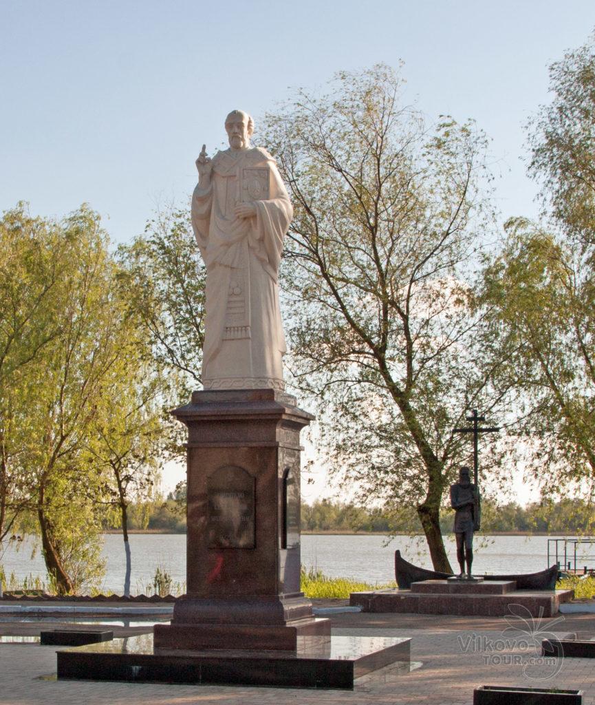 Памятник липованину. Памятник Святому Николаю Чудотворцу - покровителю моряков, рыбаков, купцов и детей.